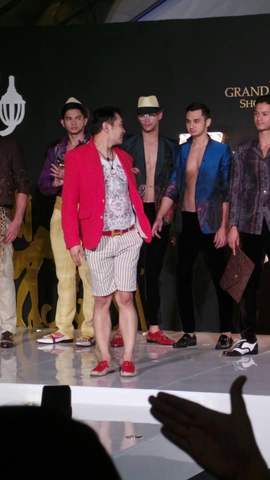 Yang baju merah kat depan tu adalah pereka fesyen pakaian2 ni. :-)