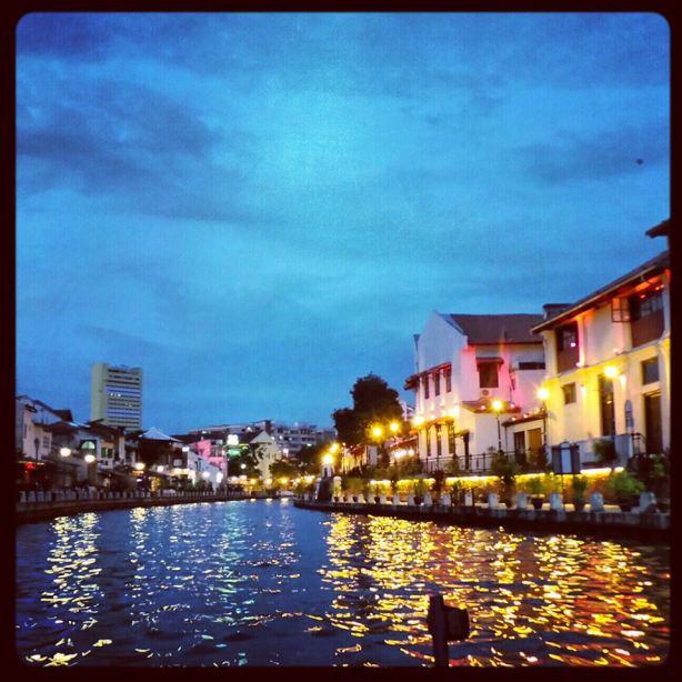 Bangunan2 disepanjang melusuru sungai Melaka yang dilimpahi cahaya yang berwarna warni menambahkan lagi daya tarikan sungai Melaka.